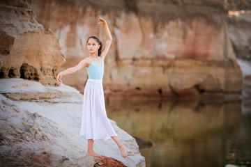 юная балерина на песке