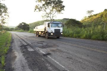 Má conservação da rodovia MG 126 entre as cidades de Guarani e Rio Novo, estado de Minas Gerais, Brasil