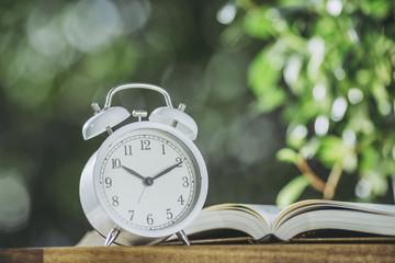 本と目覚まし時計
