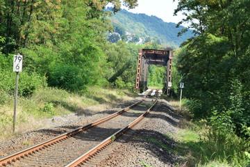 rostige Eisenbahnbrücke im Lahntal