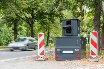 """Radarkontrolle mit einem """"Panzerblitzers"""" - beideseitige Geschwindigkeitsüberwachung"""