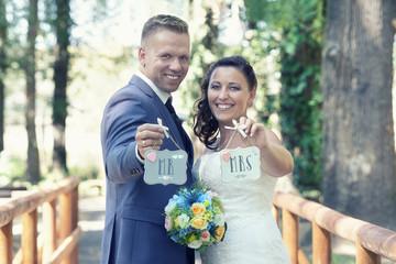 Brautpaar glücklich im Park