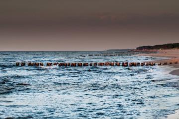 falochrony na plaży nad morzem