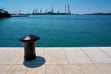Poller an der Uferpromenade im Hafen von Pula in Kroatien