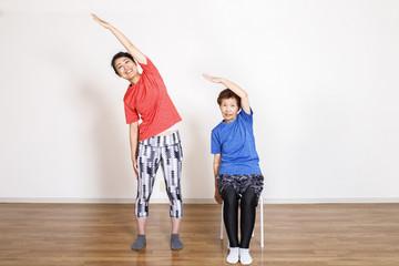 筋力トレーニングをする女性