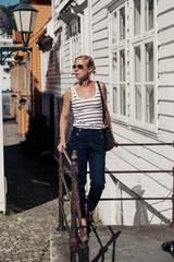 Mujer en la ciudad de Bergen, Noruega