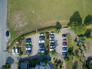 Luftbild kleiner Parkplatz Pendlerparkplatz von oben autos parken neben wiese