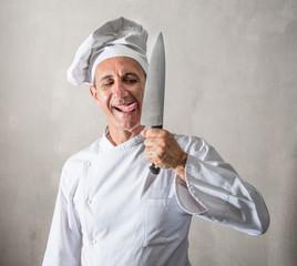cuoco che lecca il suo coltello