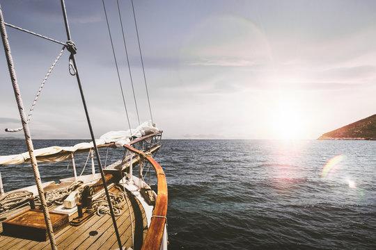 Voyage en bateau voilier sur la mer et l'océan