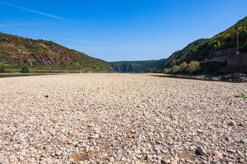 Das stark ausgetrocknete Flussbett des Rheins bei Oberwesel