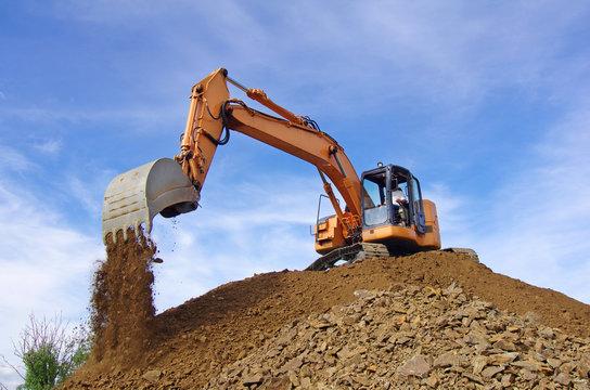 pelle mécanique hydraulique à godet et à chenille en action pour des travaux de terrassement