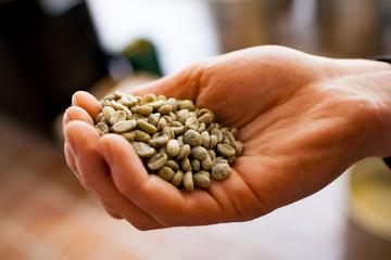 Eine Hand voll Rohkaffee