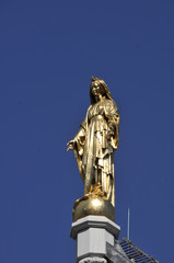 Goldene Madonne auf Kirchturmspitze
