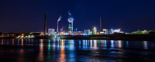 Industrieanlage bei Nacht Panorama