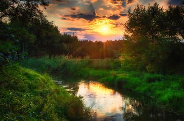 Mała , urocza rzeka Grabia w centralnej Polsce