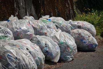 Müllsäcke in der Natur