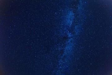 Mleczna droga na gwiaździstym na ciemnym niebieskim niebie