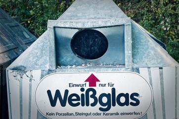 Altglascontainer aus Deutschland mit Hinweisen wie der Altglascontainer befüllt werden muss zur Verdeutlichung von Recycling von Rohstoffen