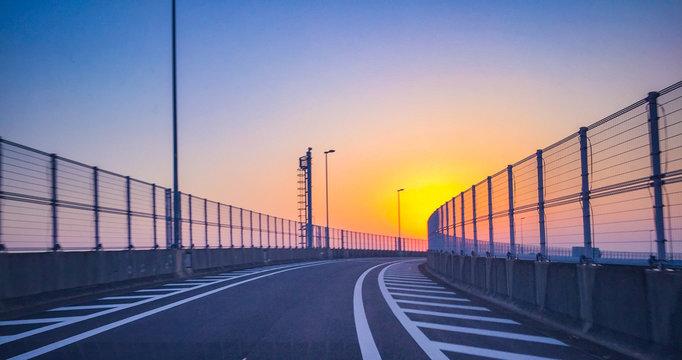 夕陽に向かう道路