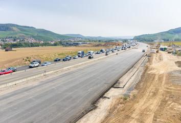 Baustelle und Ausbau einer Autobahn mit Stau auf der Fahrbahn
