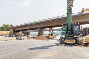 Baustelle und Vorbereitung zum Abriss einer Brücke aus Beton an der Autobahn