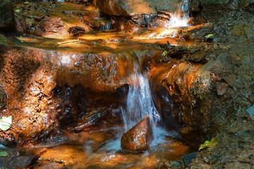 source d'eau ferrugineuse minérale