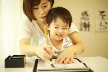 習字をする親子
