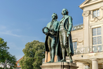 Photo sur Aluminium Commemoratif Monument to Goethe and Schiller before the national theater in Weimar