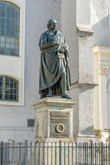 Fotorolgordijn Artistiek mon. Monument to Johann Gottfried Herder in front of the town church in Weimar
