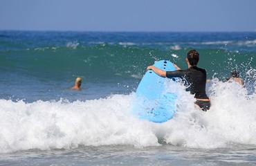 mujer surfista metiendose en el agua país vasco 4M0A0914-f18