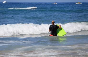 surfista metiendose en el agua bodyboard país vasco 4M0A0994-f18
