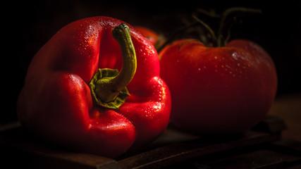 Scène nature morte poivron et tomate sur fond sombre