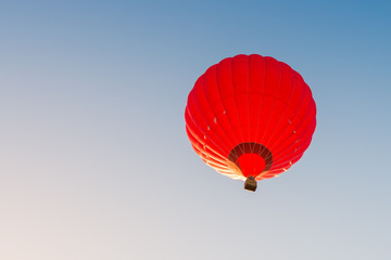 Photo sur Aluminium Aerien Colorful hot air balloon against the blue sky
