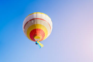 Foto op Aluminium Luchtsport Colorful hot air balloon against the blue sky