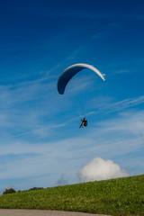 Landender Gleitschirmflieger im Hotzenwald