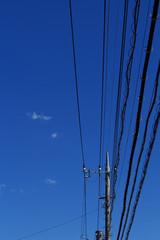 初夏の空と送電線