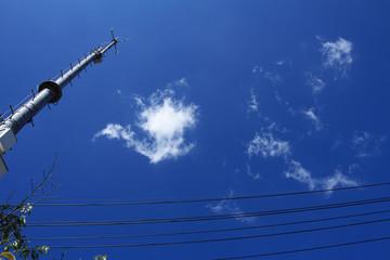初夏の空とアンテナ