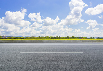 On the vast grassland, the asphalt road is clean and unmanned