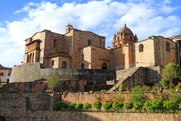 Papiers peints Edifice religieux The Temple of the Sun of the Incas or Coricancha with the Convent of Santo Domingo Church above, Cusco, Peru, South America