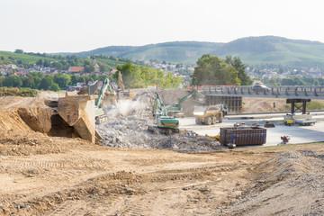 Baustelle und Abriss einer Brücke aus Beton an der Autobahn