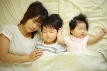 お昼寝する親子