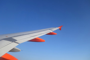 Aile d'avion et ciel bleu