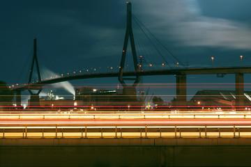 Köhlbrandbrücke (Hamburg) mit Autobahn 7 im Vordergrund