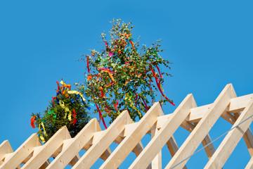 Richtfest, geschmückte Bäume auf dem Dach