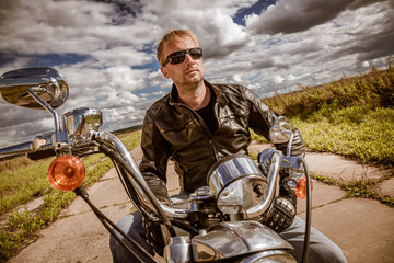 Fototapete - Biker on a motorcycle