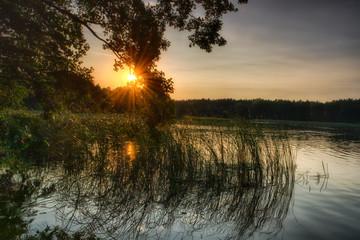 Zachód słońca nad malowniczym jeziorem