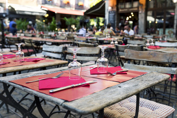 settle table outdoor in Lyon