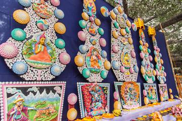 チベット仏教の祈りのための、お供え。トルマ。仏像