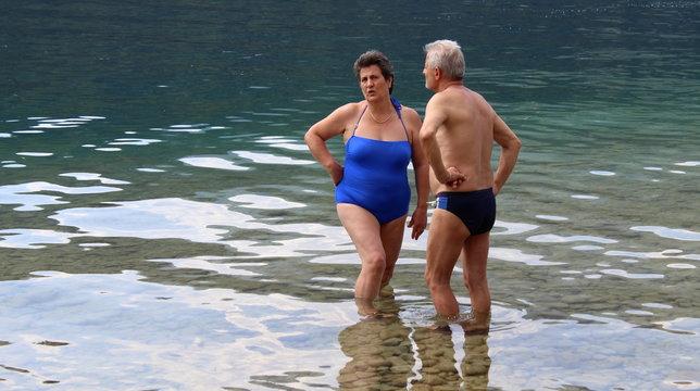 Coppia di pensionati in vacanza al Lago