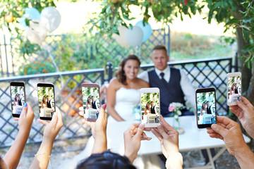 alle machen Fotos vom Brautpaar